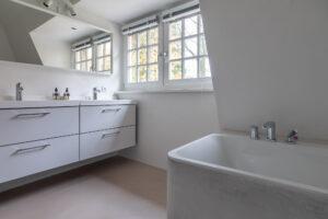 Betonstuc vloer, tadelakt badkamer en finoven 32 LTF afgewerkt met kalkstuc 8