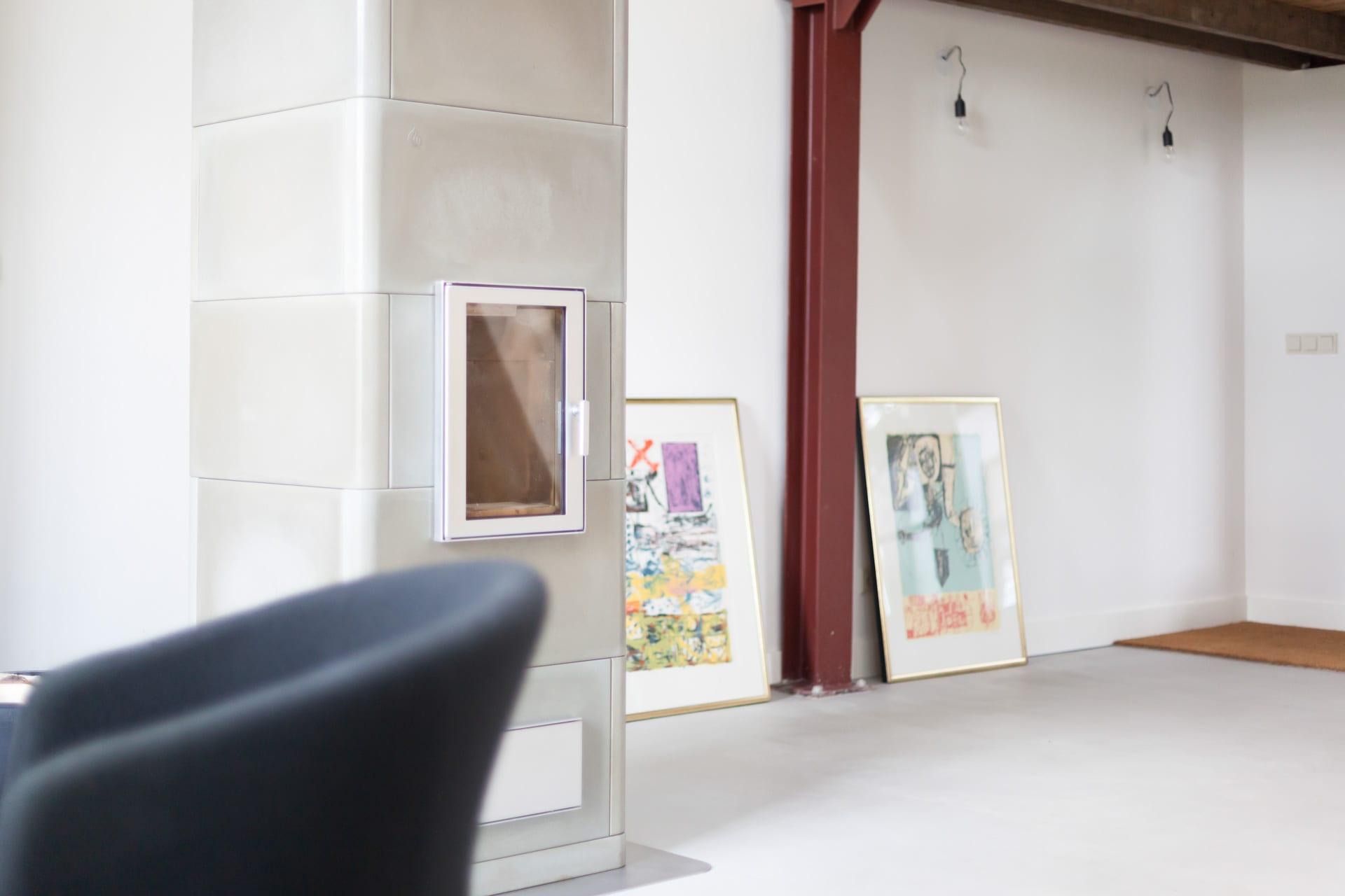 Gerenoveerde loft met beton cire vloer, Tigchelkachel en OGB platen Wichmond 9